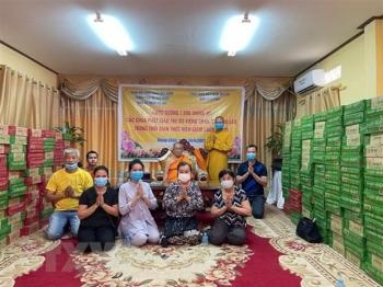 Giữa bộn bề khó khăn, người Việt tại Lào kiên trì chống dịch COVID-19