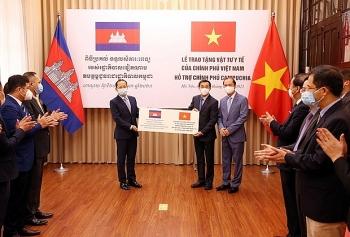 Chính phủ và nhân dân Việt Nam hỗ trợ vật tư y tế đợt 3 cho Campuchia chống dịch