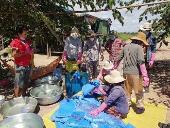 Hỗ trợ người Việt tại Kampong Chhnang (Campuchia) phòng chống COVID-19 và các bệnh do muỗi gây ra