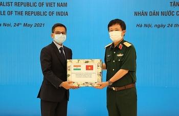 Bộ Quốc phòng Việt Nam trao tặng trang thiết bị phòng, chống dịch cho Ấn Độ
