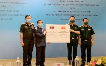 Bộ Tư lệnh Thủ đô Hà Nội trao tặng trang thiết bị y tế cho Lào chống dịch