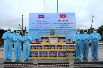 Bộ tư lệnh Hải quân Việt Nam tặng vật tư y tế phòng dịch cho Hải quân Hoàng gia Campuchia