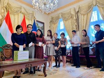 Đại sứ quán Việt Nam tại Hungary tổ chức quyên góp hỗ trợ công tác phòng, chống dịch COVID-19 trong nước.