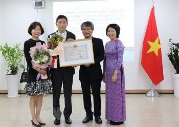 Tặng huân chương hữu nghị cho cựu Đại sứ Hàn Quốc tại Việt Nam Lee Huyk