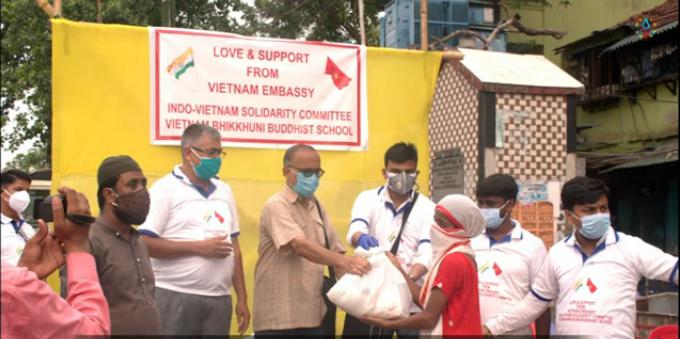 Đại sứ quán Việt Nam trao tặng lương thực cho người nghèo Ấn Độ