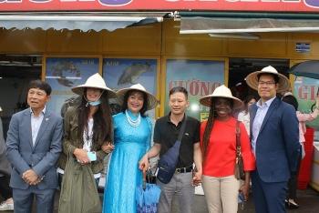Giới thiệu văn hóa Việt Nam và cộng đồng người Việt Nam tại Cộng hòa Séc tới bạn bè quốc tế