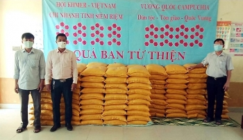 TP.HCM, Metfone hỗ trợ lương thực, tiền mặt cho bà con Việt kiều tại Campuchia