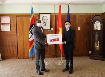 ĐSQ Việt Nam tại Nam Phi hỗ trợ 50.000 khẩu trang y tế giúp nước sở tại chống dịch