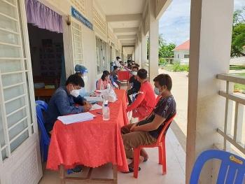 Tiêm vaccine ngừa COVID-19 cho 1100 bà con gốc Việt tại tỉnh Kanpong Chhnang (Campuchia)