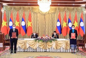 Việt Nam và Lào ký kết và trao 14 văn kiện hợp tác giữa các bộ, ngành và doanh nghiệp hai nước