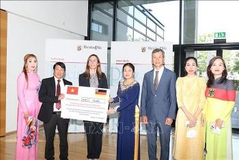 Cộng đồng người Việt tại Đức giúp đỡ người dân vùng lũ nước sở tại