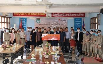 Hỗ trợ trang thiết bị, trao học bổng cho học sinh trường kiều bào tại Lào