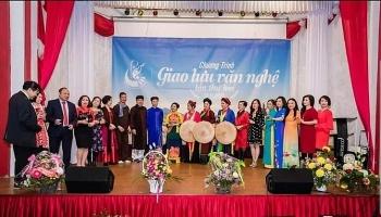 Lần đầu tiên tổ chức cuộc thi hát dân ca cho kiều bào Việt Nam và bạn bè quốc tế trên sóng phát thanh