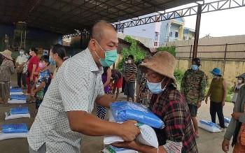 Tiếp tục hỗ trợ hơn 1000 bà con gốc Việt tại Phnom Penh gặp khó khăn