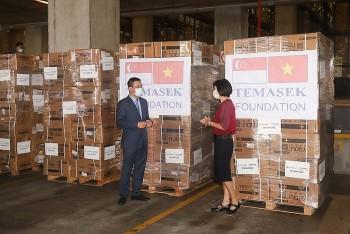 Quỹ Tamasek (Singapore) bàn giao 16 máy thở và các thiết bị y tế hỗ trợ Việt Nam chống dịch COVID-19