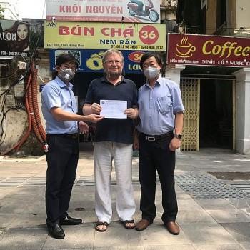 Hội hữu nghị Việt - Nga TP Hà Nội tặng quà cho giáo viên người Nga gặp khó khăn do dịch COVID-19
