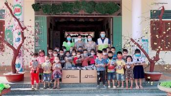 GNI tặng dép và đồ dùng thiết yếu cho trẻ em được bảo trợ các tỉnh phía Bắc