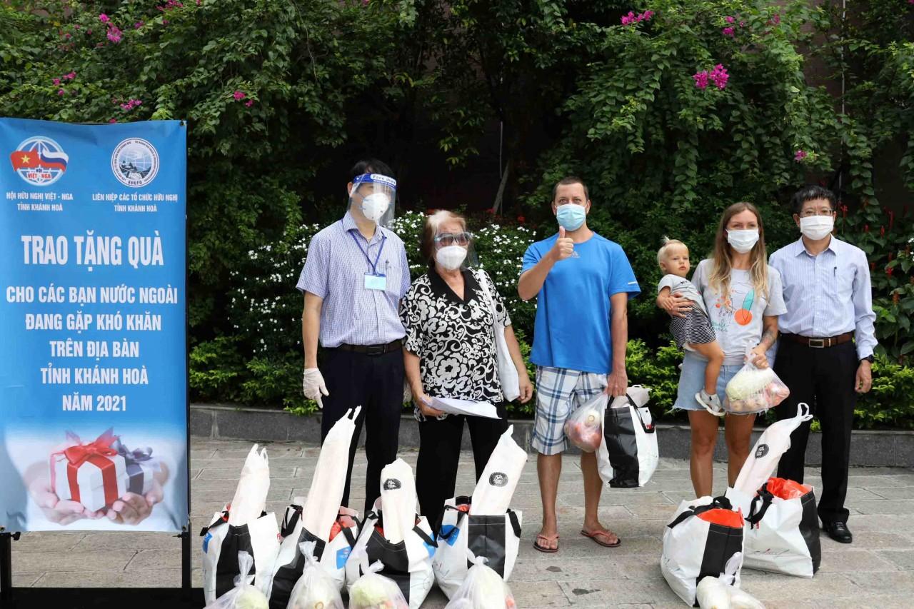 Liên hiệp Hữu nghị tỉnh Khánh Hòa tặng 80 suất quà cho công dân Nga gặp khó khăn