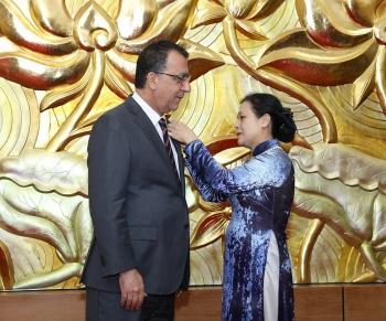 """Tặng kỷ niệm chương """"Vì hoà bình, hữu nghị giữa các dân tộc"""" cho Đại sứ Chile tại Việt Nam"""