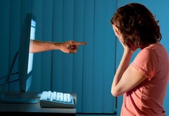Hành vi xúc phạm danh dự qua mạng bị xử lý như thế nào