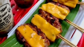 Thịt xiên nướng phô mai và loạt món ngon ở khu chợ ẩm thực TP.HCM