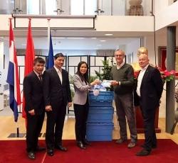 Tổ chức PUM (Hà Lan) tài trợ 60 bộ bảo hộ y tế hỗ trợ Việt Nam ngăn chặn virus Corona