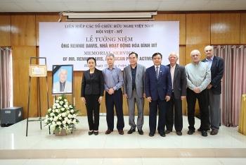 Tưởng niệm, tặng kỉ niệm chương cho ông Rennie Davis - người bạn thuỷ chung của nhân dân Việt Nam