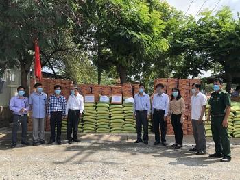Tặng 7 tấn gạo, 700 thùng mì và kinh phí giúp bà con Việt kiều tại Campuchia chống dịch Covid-19