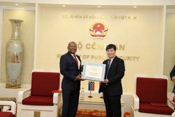 Bộ Công an trao tặng 20.0000 khẩu trang cho 2 cơ quan thực thi pháp luật Nam Phi