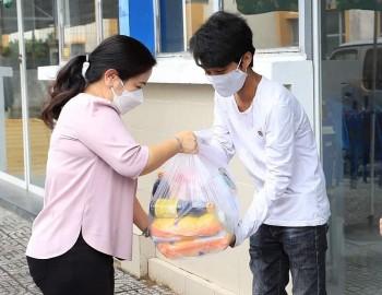 Cần Thơ trao 17 phần quà hỗ trợ du học sinh Campuchia bị kẹt lại Việt Nam do dịch Covid-19