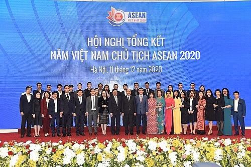 Thủ tướng và các cán bộ phục vụ ASEAN (Ảnh: VGP/Quang Hiếu)