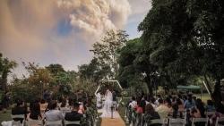 Đám cưới dưới chân núi lửa đang phun trào của cặp cô dâu chú rể Philippines