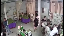 video chu tiem spa bat ngo bi nhom con do xong vao tiem danh