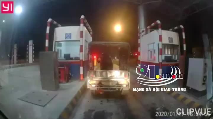video xe ba gac ngang nhien vao cao toc ha noi hai phong nhan ket dang