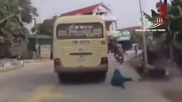 video xe khach bien nam dinh vuot au tai xe xe may suyt chet