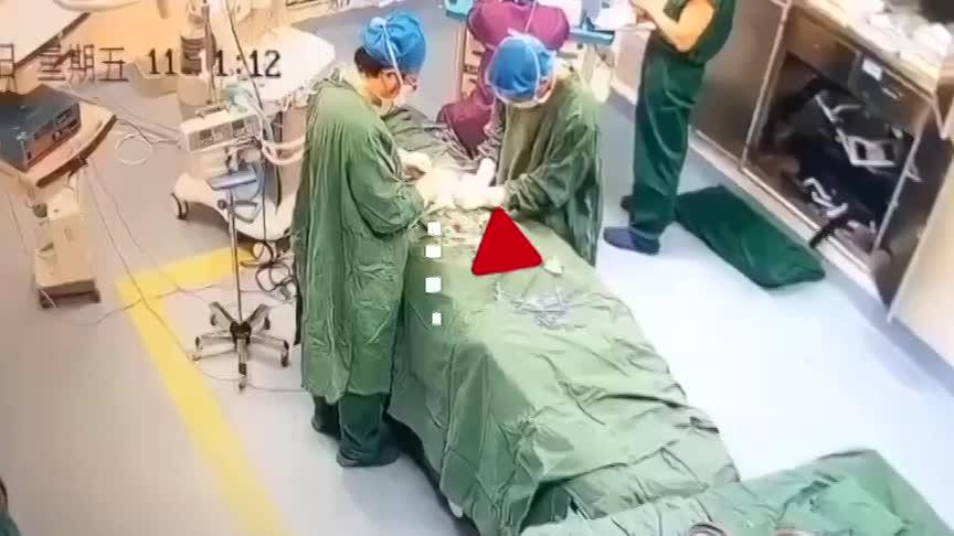 video bac si ngat ngay tren ban mo vi lam viec lien tuc 17 tieng dong ho