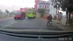 video dang cho con nho hai vo chong van khong quen trom xe may