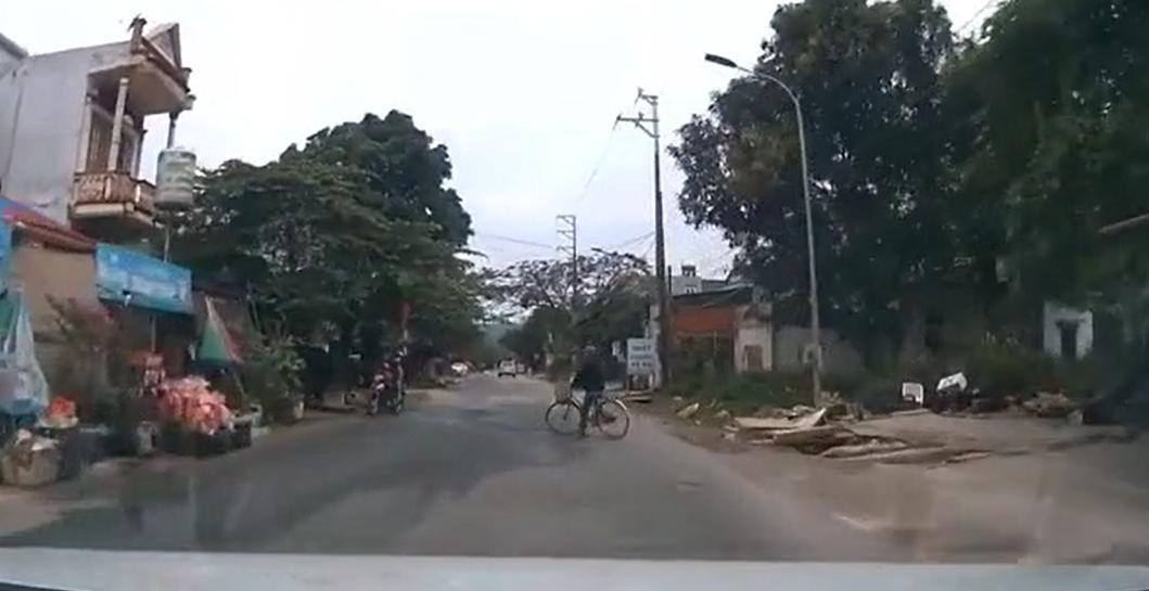 video thot tim canh xe dap dot ngot sang duong ngay truoc mui o to