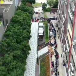 video hang chuc nghin nguoi dan hong kong dung xep hang mua khau trang
