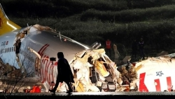 Hy hữu: Không ai thiệt mạng dù máy bay chở 177 người gãy làm 3