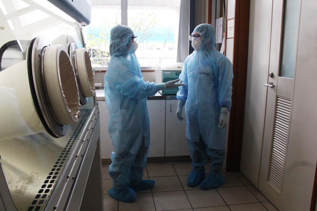 can canh khu xet nghiem virus corona o benh vien trung uong hue