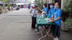 video hai hung nam thanh nien rua bat dia bang nuoc cong de diet virus corona