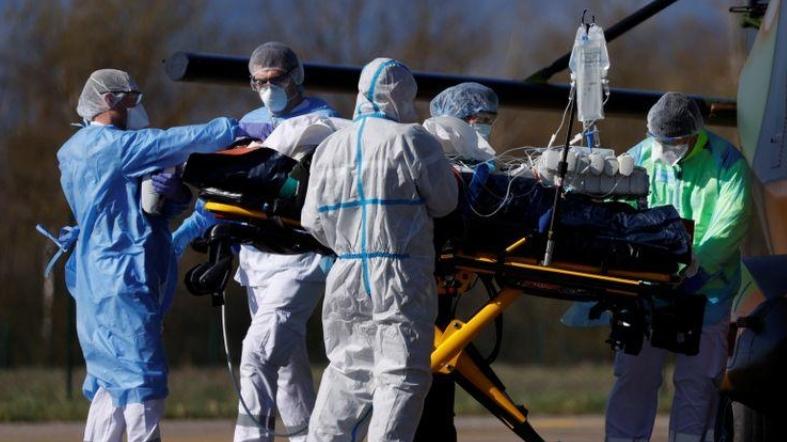 Trực thăng quân đội Pháp đưa bệnh nhân Covid-19 nguy kịch ra nước ngoài
