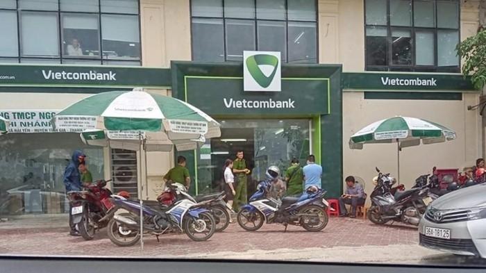 tuoc quan tich bat giam thuong uy cong an no sung xong vao ngan hang vietcombank