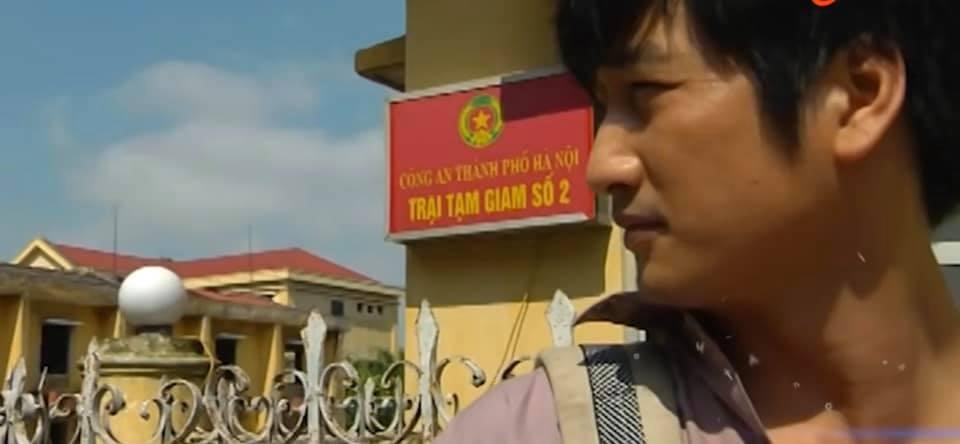 hoa hong tren nguc trai thai vao trai giam tra bi danh dap mat