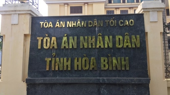 hoa binh dinh chi cong tac chanh van phong tand huyen tron truy na 26 nam