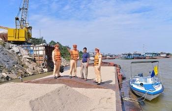 Xử lý nhiều tàu khai thác cát trái phép trên sông Hồng