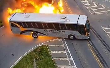Xe buýt Brazil phát nổ, biến thành quả cầu lửa sau tai nạn liên hoàn