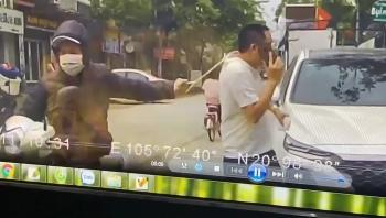 """VIDEO: Mải """"buôn"""" điện thoại, người đàn ông bị tên cướp giật phăng chiếc dây chuyền"""