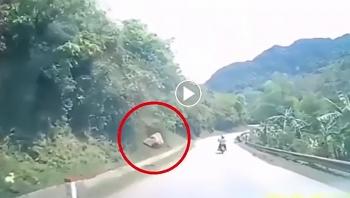 Tài xế thót tim khi tảng đá lăn từ trên dốc xuống, sượt qua đầu xe ô tô